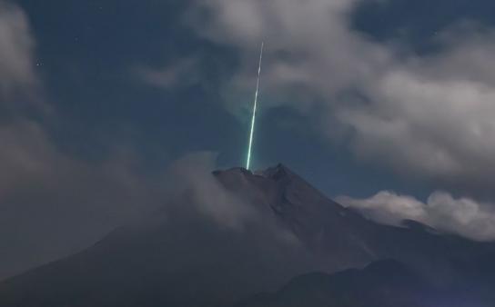 Diana cósmica: un meteorito sobre un volcán